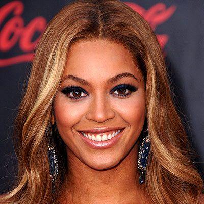 Seksi makyajı: Söz konusu olan bir gala ya da ödül töreniyse Beyonce tam bir gününü hazırlığa ayırıyor. Makyajının zeminini her zamanki gibi oluşturduktan sonra, gözlerine egzotik bir ifade vermek için takma kirpik kullanıyor ve eye-liner çekiyor. Dudaklarında ise doğal bir görünümü tercih ederek pembe tonlarını kullanıyor.  Saçı: Böyle ağır davetlerde fotoğraftaki gibi daha derli toplu modelleri kullanıyor.